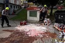 Hasiči likvidují rozlitou barvu ve Žlutické ulici v Plzni