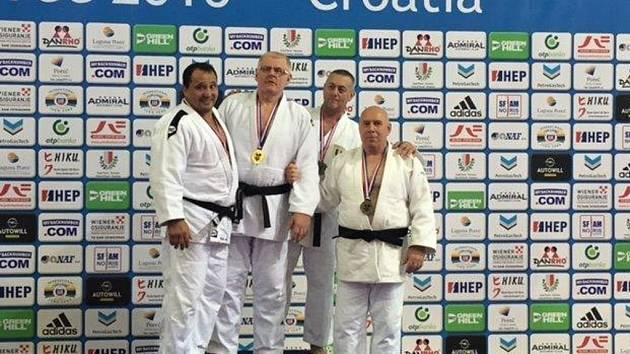 Plzeňský judista Zdeněk Vlček (druhý zleva) zopakoval svůj triumf z loňského roku na mistrovství Evropy.