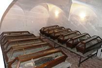 Rakve se zasklenými víky s pozůstatky těl členů rodiny Gryspeků jsou dnes umístěny v podzemní klenuté kryptě.