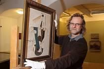 Petr Jindra ze Západočeské galerie v Plzni s obrazem Emila Filly Láhev