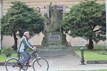 Památník zastřelených horníků před nýřanskou radnicí je jednou z mála památek, které město vůbec má