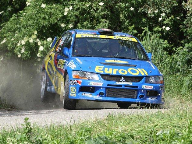 Posádka Václav Pech, Petr Uhel s vozem Mitsubishi Lancer Evo IX se sice výhrou na Horácké rallye v Třebíči zase o kousek přiblížila obhajobě domácího titulu, ale radost z úspěchu jim pokazila smrtelná nehoda soupeřů.
