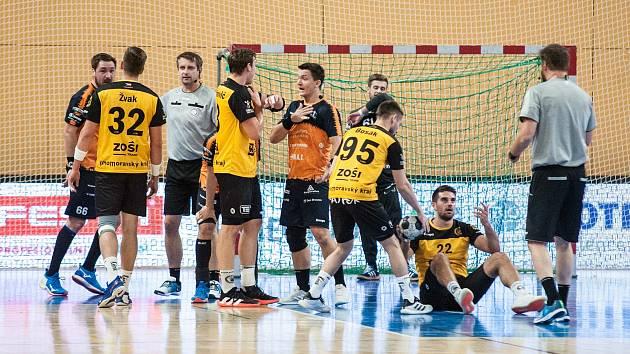 Talent tým Plzeňského kraje (v oranžovočerném) - SKKP Handball Brno