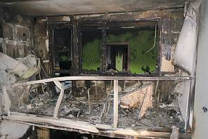 Požár panelového domu v Plzni na Vinicích