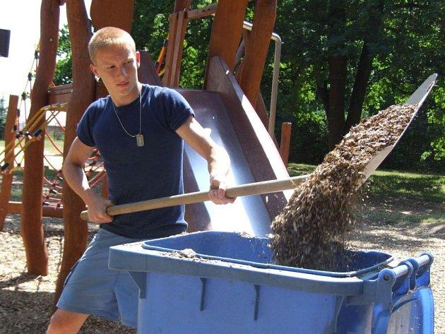 Jedním z těch, kteří museli opatrně přesunout mravence i s jejich štěpkovým obydlím  z dětského hřiště  nejdříve do plastové popelnice a pak na vhodnější lokalitu do lesa, byl i  ekolog Radek Zeman