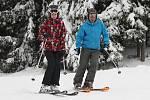 O týden dříve než loni se lyžařům včera otevřel největší šumavský lyžařský areál Na Špičáku. Mezi prvními, kdo si vychutnali jízdu na jedné ze sjezdovek, byl plzeňský jachtař David Křížek se svojí ženou Lucií