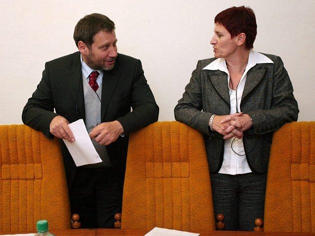 Herec a senátor Tomáš Töpfer  a náměstkyně primátora Marcela Krejsová před  jednáním výběrové komise, která jednomyslně doporučila Jana Buriana znovuzvolit do funkce
