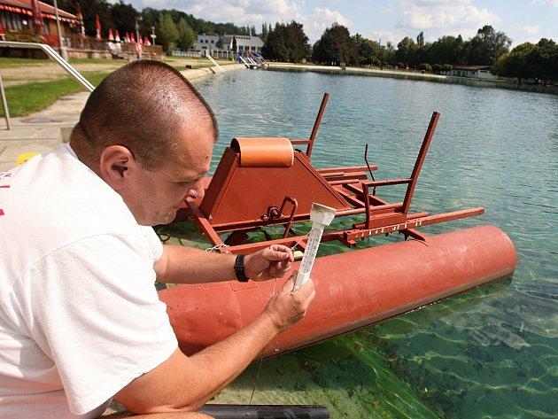 Na koupališti v Rokycanech byl ve středu jen plavčík František Král. Voda měla teplotu 17 °C.