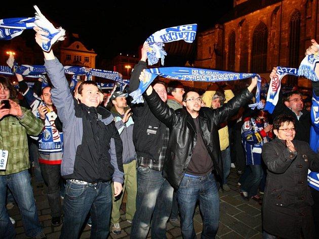 Radost fanoušků na plzeňském náměstí.