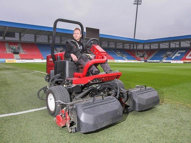 Správce trávníku na stadionu FC Viktoria Plzeň Josef Marcell se své profesi věnuje již jedenáct let