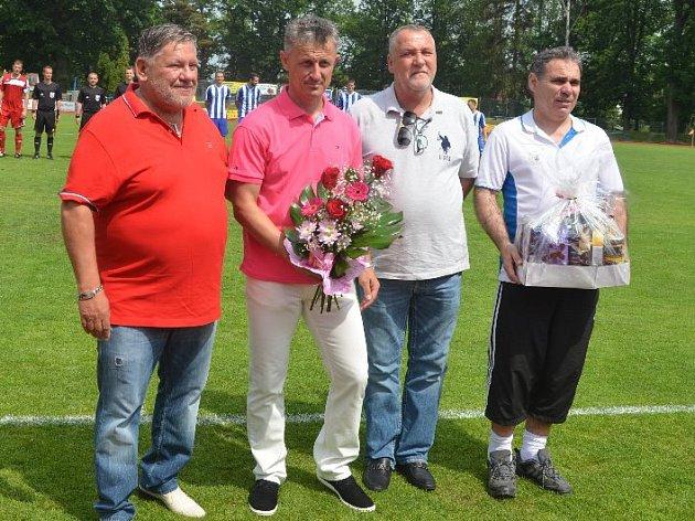 Stanislav Purkart (druhý zleva) se loučil v Domažicích výhrou 3:0 nad Louňovicemi a Jiskru tak přivedl v ČFL na třetí místo