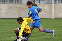 Fotbalisté exdivizního SENCA Doubravka porazili na svém hřišti Staňkov 5:1. Domácí obránce Martin Smíšek (vpravo) bojuje o míč s jedním ze staňkovských hráčů