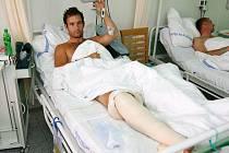 Přeštický fotbalista Patrik  Lambor (vlevo), zraněný v utkání se Stříbrem,  se  podrobil operaci ve Fakultní nemocnici v Plzni, kde je  nadále hospitalizován