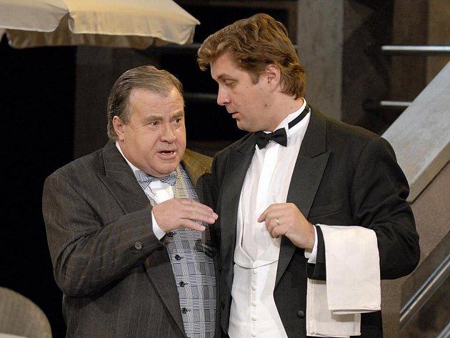Jubilant František Dvořák (vlevo) na scéně plzeňského Divadla J. K. Tyla v nové inscenaci operety Járy Beneše Uličnice (na snímku s Martinem Šeflem)