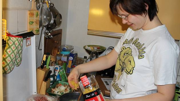 Irena Fáberová se v sobotu pustila do vaření tibetské polévky thäntug a také do takzvaných momo taštiček