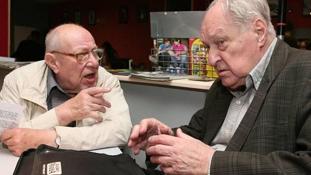 Vzácnými a zároveň tradičními hosty plzeňského festivalu jsou významný český režisér, tvůrce filmů Jiří Krejčík (vpravo) a filmový teoretik Boris Jachnin (vlevo). Zasvěceně spolu pohovořili v kině Elektra