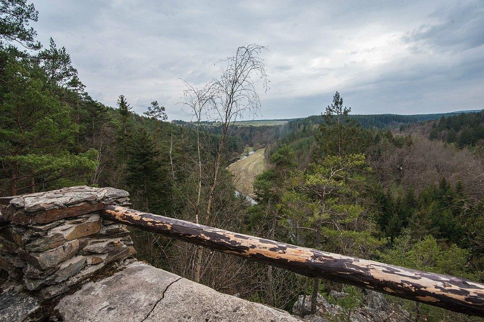 Vyhlídka do hlubokého údolí řeky Střely. Meandry Střely po proudu, směr Liblín.