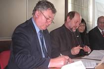 Jan Horejc a Hartmut Tresp podepisují smlouvu