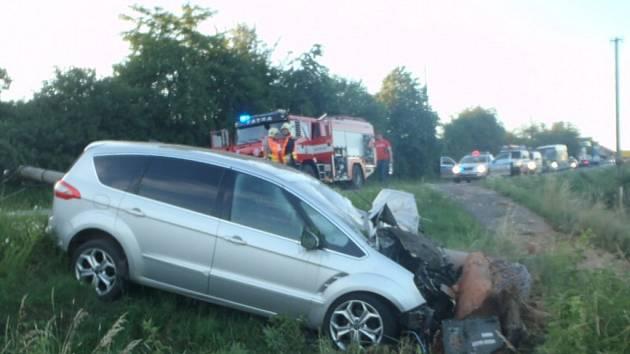 Auto u Přeštic vyjelo ze silnice a přerazilo sloup