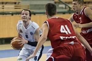 Jednadvaceti body zatížil konto Šlapanic plzeňský Martin David (na archivním snímku s míčem).