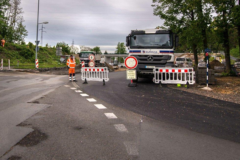 Plzeňští řidiči se musí obrnit trpělivostí. Do opravovaného úseku v ulici Na Roudné mezi dvěma kruhovými objezdy smí jen MHD a vozidla stavby.