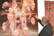 Olejomalba Jiřího Anderleho s názvem Morový sloup je jedním z dominantních děl, která vystavuje Visio Art Gallery na Roudné v Plzni.