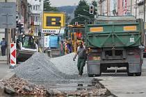Kvůli opravě je polovina Slovanské třídy v Plzni uzavřená. Úplná uzavírka by zřejmě způsobila dopravní kolaps.