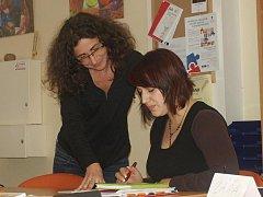 Lektorka Magdalena Vroblová s jednou z účastnic kurzu  personalistika Dagmar Pinkasovou