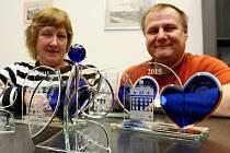 Marie Skolková a Libor Vopat s cenami, které bude příští pátek udílet Nadace 700 let města Plzně.