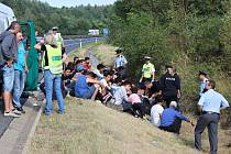 Zadržení uprchlíci na dálnici D5 u Plzně.
