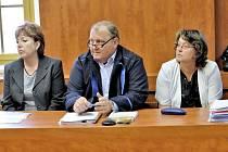 U soudu. Zleva Yvona Ziková se svým obhájcem a vedle něj Alena Doležalová. Jsou odpovědné za smrt žáka.