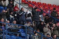 Vítězství fotbalistů Plzně nad silným týmem Brna rozehřálo v mrazivém počasí fanoušky na tribuně. Na snímku tleskají po jedné z vydařených akcí Viktorie