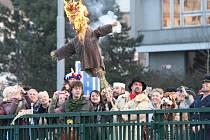 Tradiční masopustní průvod folklorního souboru Mladina s názvem Masopust, masopust, jen mě holka nevopusť! doprovázený stovkami Plzeňanů v maskách i bez prošel centrem města