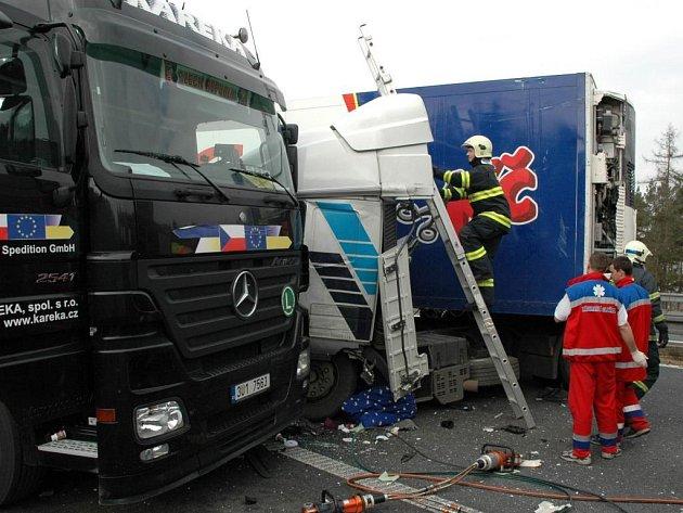 Srážka dvou kamionů zablokovala ve čtvrtek plzeňský dálniční obchvat na několik hodin