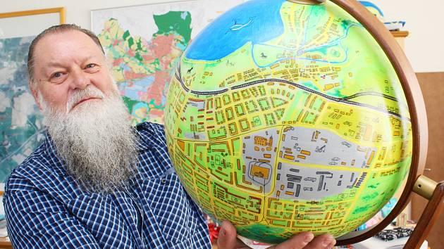 Starosta druhého plzeňského obvodu Lumír Aschenbrenner s modelem slovanského globusu.