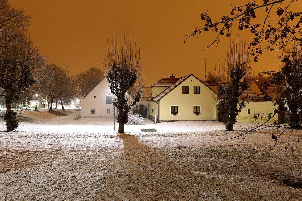 Noční sněžení v centru i okrajových částech Plzně. Na snímku stará náves Bolevec - statek U Matoušů.