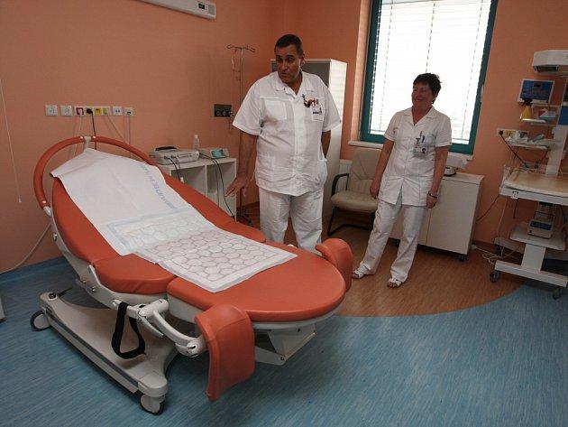 Porodní pokoje ve fakultní nemocnici rodičkám zaručují soukromí i dostatek pohodlí. Ženy zde většinou stráví šest až osm hodin