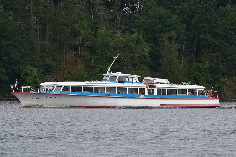 23 - Motorová loď na přehradě Hracholusky zajišťuje pravidelnou i výletní lodní dopravu.