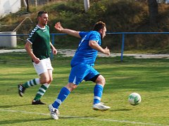 Vyhrocený duel ve Vstiši skončil výhrou Radkovic. Na snímku odkopává míč radkovický Jaroslav Stehlík (v modrém) před domácím Pavlem Purdešem.