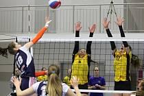 Kadetky týmu Volejbal Plzeň (na archivním snímku na bloku zleva Lenka Drábková a Denisa Mentlová) čeká v závěru týdne finálový turnaj extraligy v Brně.