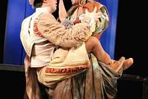 Scéna z inscenace Shakespearovy komedie Zkrocení zlé ženy, při které se Zdeněk Rohlíček (vpravo) v plzeňském Komorním divadle zranil (do náruče mu skáče Jan Maléř)