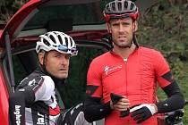 František Raboň mladší (vpravo) je na snímku zachycen se svým otcem a rovněž vynikajícím cyklistou