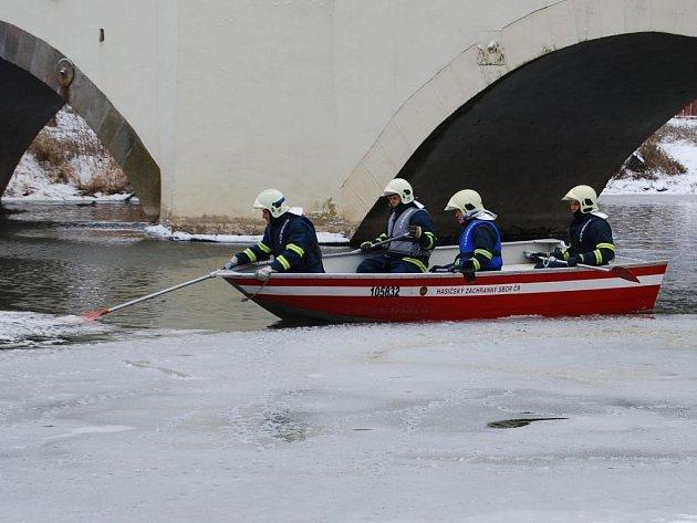 Skvrna na hladině řeky Radbuzy vyděsila v úterý dopoledne obyvatele Dobřan na jižním Plzeňsku. S největší pravděpodobností jde jen o sníh, i tak ale hasiči odebraly pro jistotu vzorky