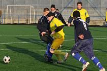 Fotbalisté Slavie Vejprnice (na snímku v modrých dresech) podlehli doma v úvodním jarním kole divize celku Třeboně 0:1