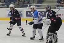 Americký útočník Nicholas Johnson z týmu Škodovky (uprostřed) si hledá pozici k dorážce  před brankářem Hanuljakem ve včerejším přípravném utkání v Chomutově