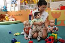 O pěstounskou náhradní péči rodiče příliš nestojí.  Na snímku zdravotní sestra Michaela Krausová s dětmi z Kojeneckého ústavu v Plzni