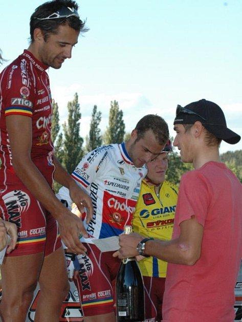 Český reprezentant Roman Kreuziger (vpravo)  gratuluje  členu slovenského výběru Martinu Prázdnovskému k výhře v závodě Giant ligy.  Přihlížejí třetí  Zelinka a čtvrtý Nesveda.