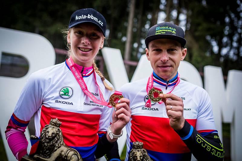 Noví vládci českého maratonu na horských kolech Adéla Holubová a Jan Strož.