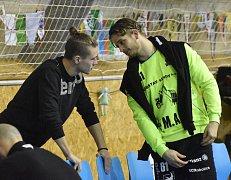 Karel Šmíd (vpravo) mluví s Janem Kačínem během zápasu ve Strakonicích.
