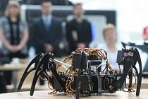 Student Michael Hrabě ve čtvrtek představil výsledek své roční práce v programu Techmania Talent, zhruba půlmetrového robota chce budoucí vysokoškolák ještě vylepšit